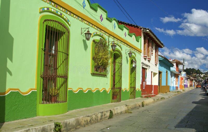 住处cristobal de las圣 有五颜六色的房子的殖民地街道 住处cristobal de las圣 免版税库存图片