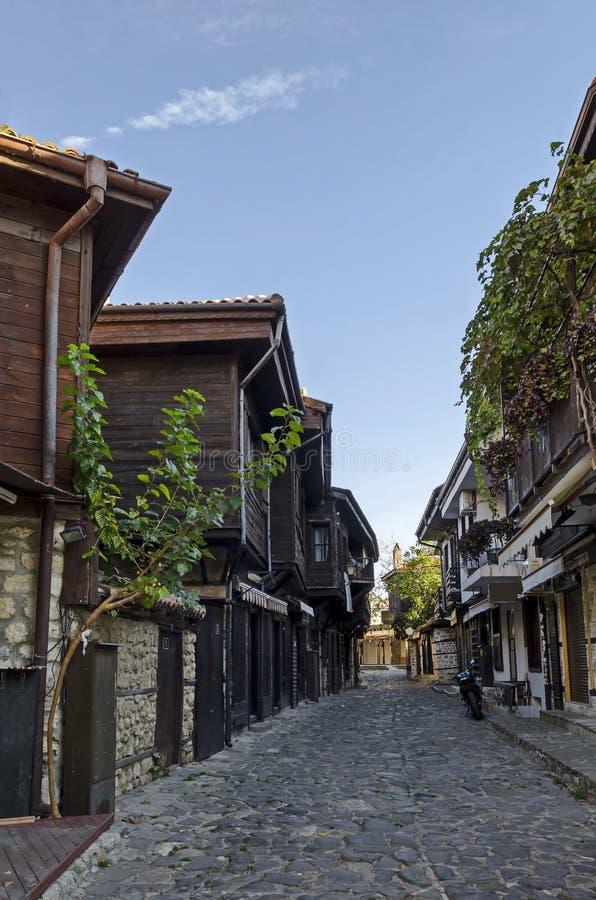 住宅区看法有古色古香的房子的在黑海海岸的古城Nessebar或Mesembria 库存图片