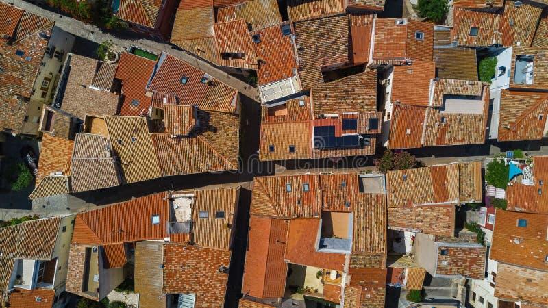 住宅区空中顶视图从上面安置屋顶和街道,老中世纪镇,法国 免版税库存图片