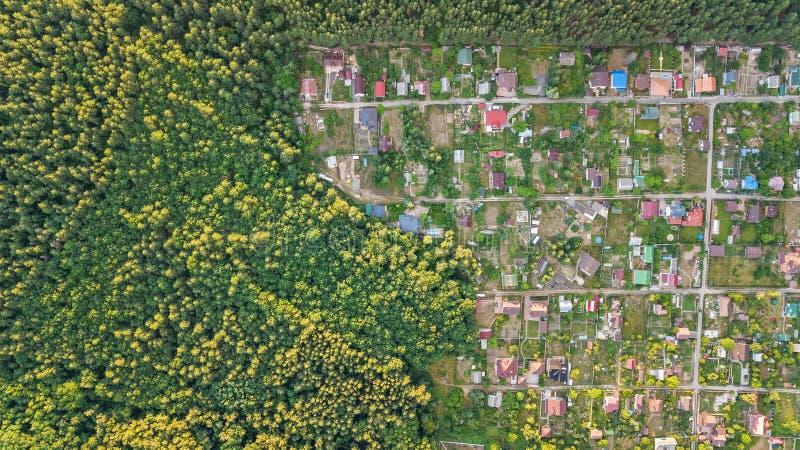 住宅区避暑别墅空中顶视图在森林,乡下房地产和从上面别墅村庄里在乌克兰 免版税库存照片
