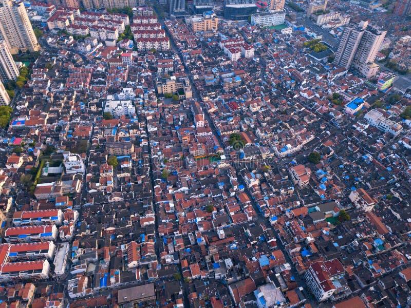 住宅房子和高层建筑物鸟瞰图有摩天大楼的在上海街市,中国 财政区和 库存图片