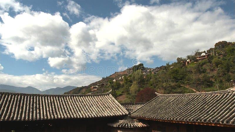 住宅房子屋顶有石头的在屋顶在乡村Lupra在喜马拉雅山,尼泊尔 库存照片