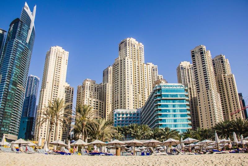 住宅摩天大楼、海滩和旅馆2013年3月采取的迪拜小游艇船坞的23日在迪拜,团结的阿拉伯人Emi 免版税库存图片