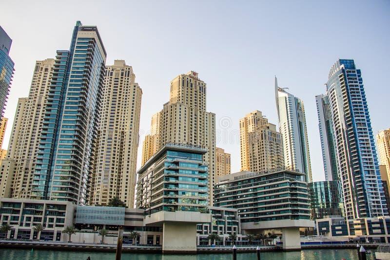 住宅摩天大楼和旅馆2013年3月采取的迪拜小游艇船坞的24日在迪拜,阿联酋。 库存图片