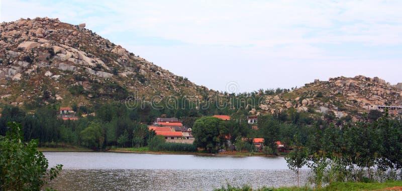 住宅的湖边 库存照片