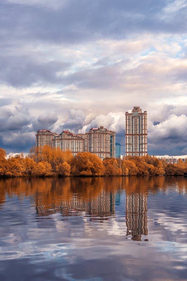住宅群`猩红色在Strogino在秋天航行` 免版税库存照片