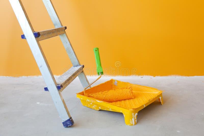 住所改善梯子漆滚筒 图库摄影