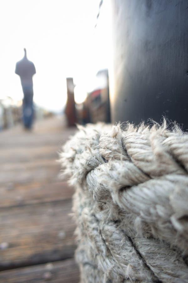 系住结和人在船坞的` s形象 免版税库存照片