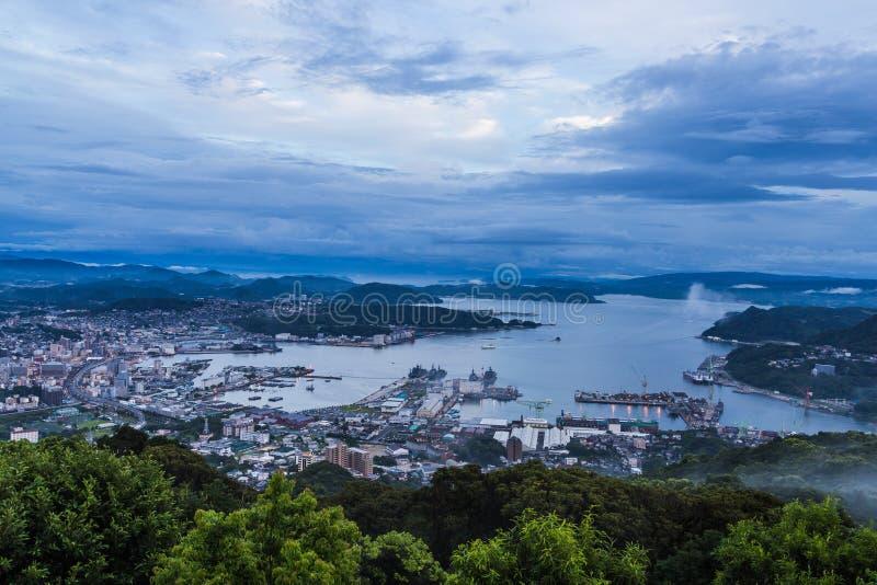 佐世保市从登上Yumihari的地平线视图俯视长崎, 免版税库存照片