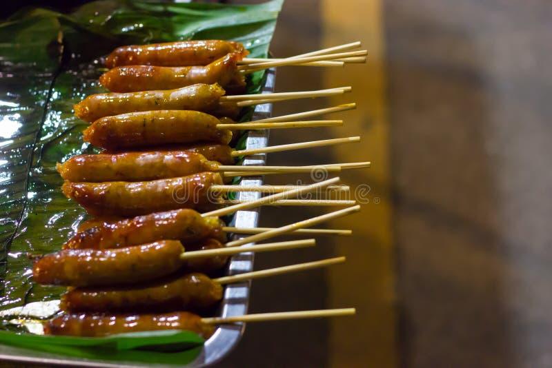 佐井Aua Notrhern泰国辣香肠,在泰国北部香蕉叶子烹调的烤香肠,泰国街道食物 免版税库存照片