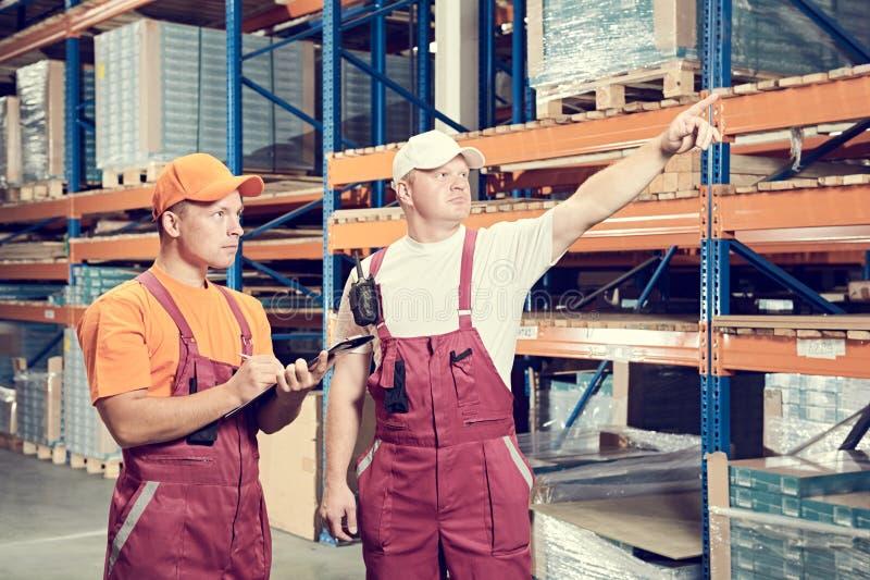 体力工人在仓库里 库存图片