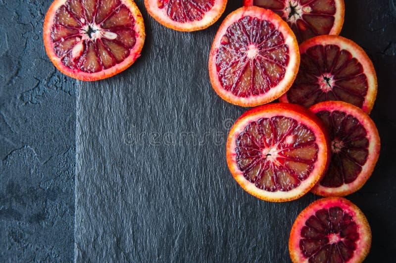 整体和切片在黑板岩背景的血橙 C 库存图片