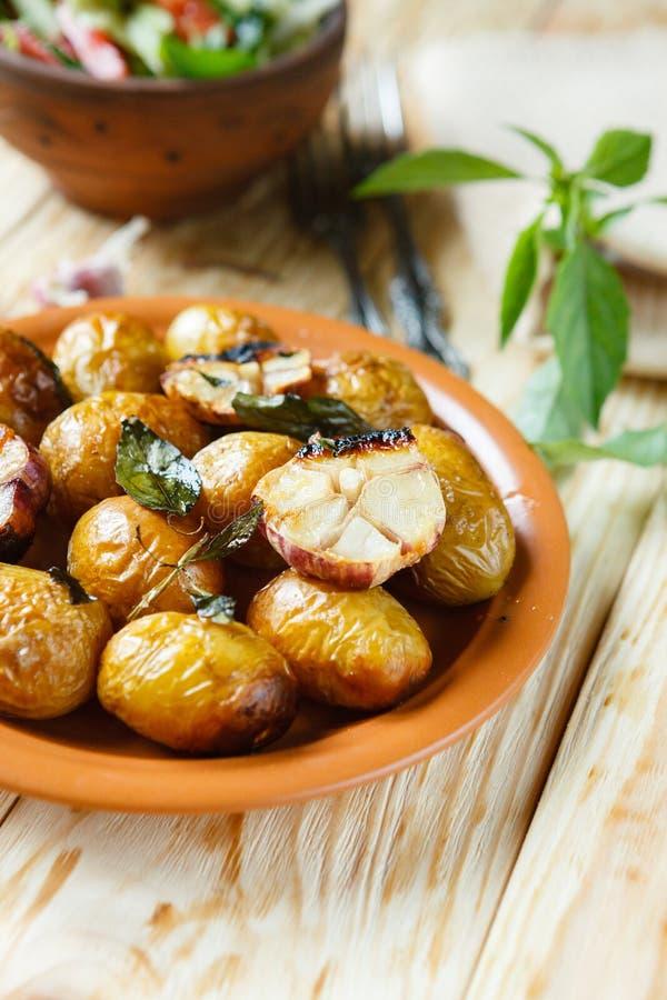 整体在板材的被烘烤的土豆 免版税图库摄影