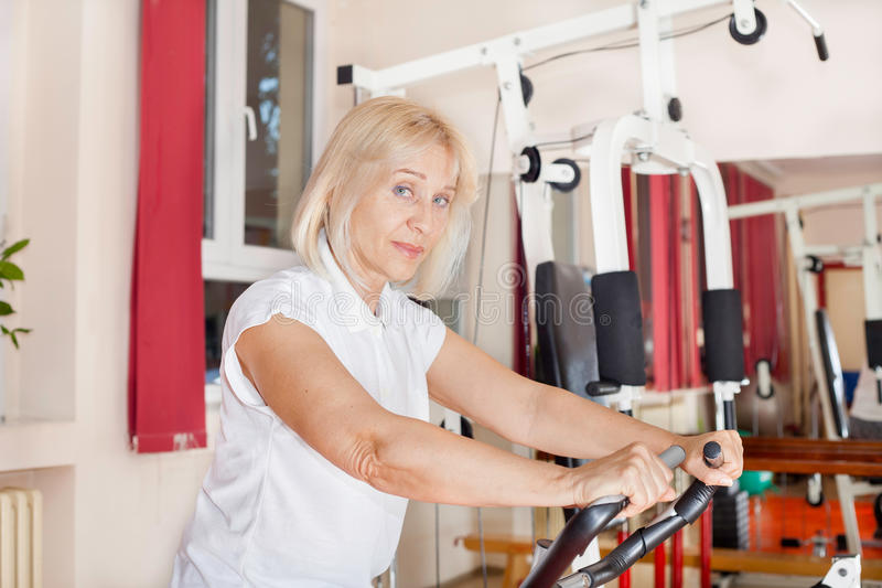 体操妇女工作 免版税图库摄影
