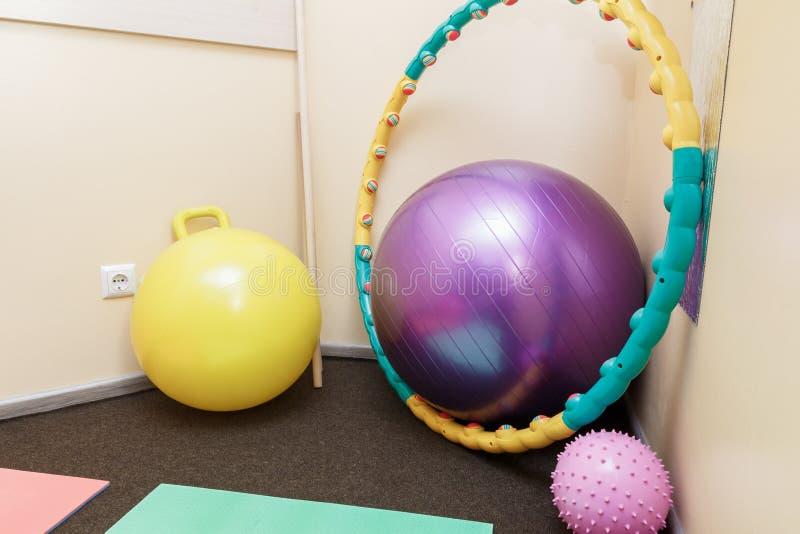 体操席子和球在修复屋子 空的体操 免版税库存图片