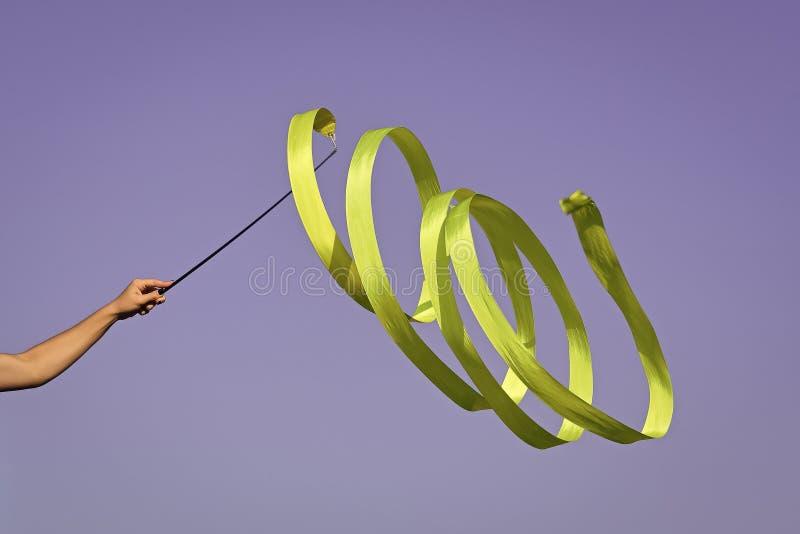 体操绿色丝带在手中体育妇女 免版税库存图片