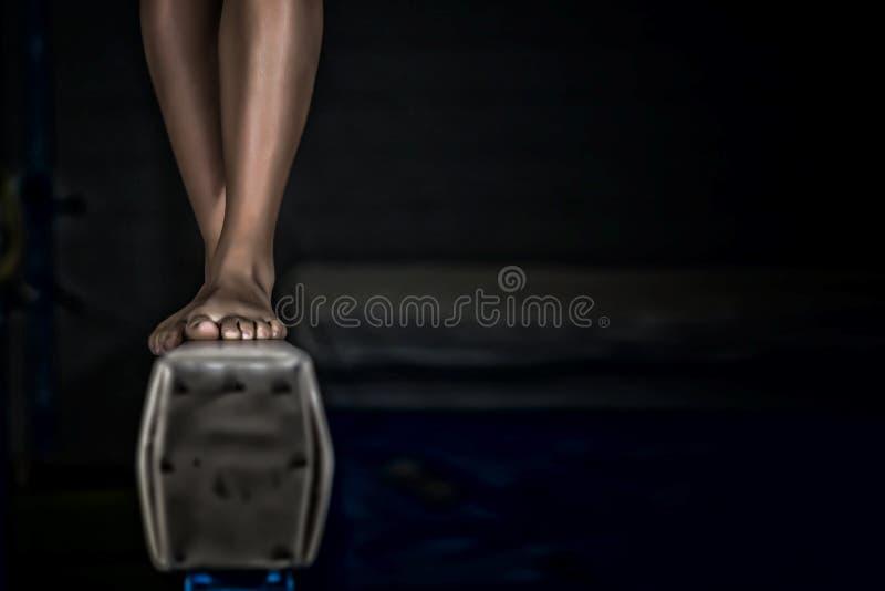 年轻体操运动员女孩平衡木 库存图片