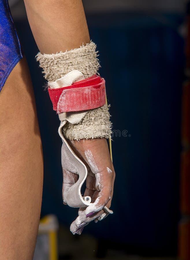 年轻体操运动员女孩的手有镁的 免版税库存图片