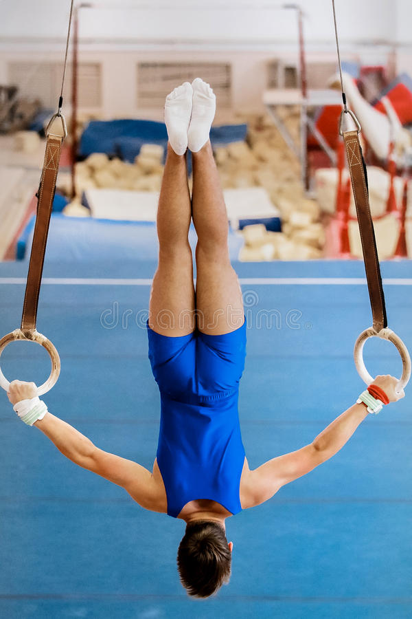 体操运动员执行锻炼圆环 免版税库存照片