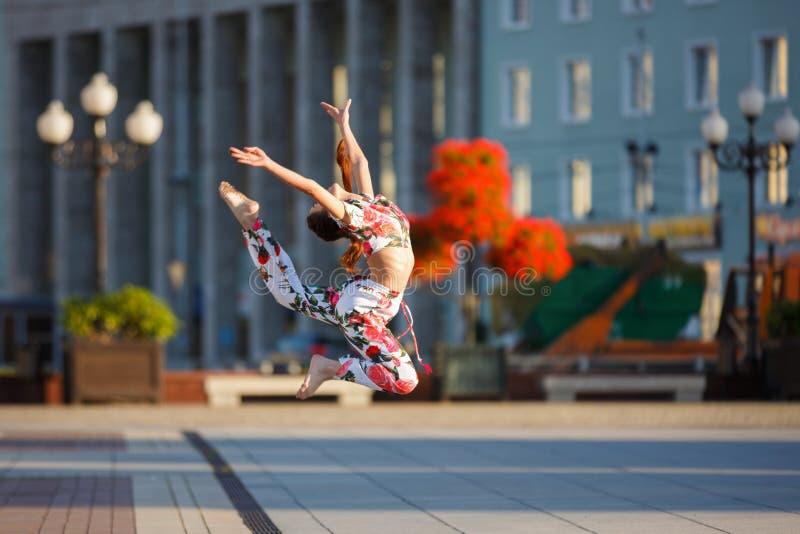 年轻体操运动员的锻炼 免版税图库摄影