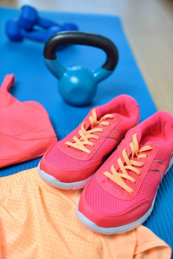 体操鞋-健身与kettlebell的成套装备特写镜头 库存照片