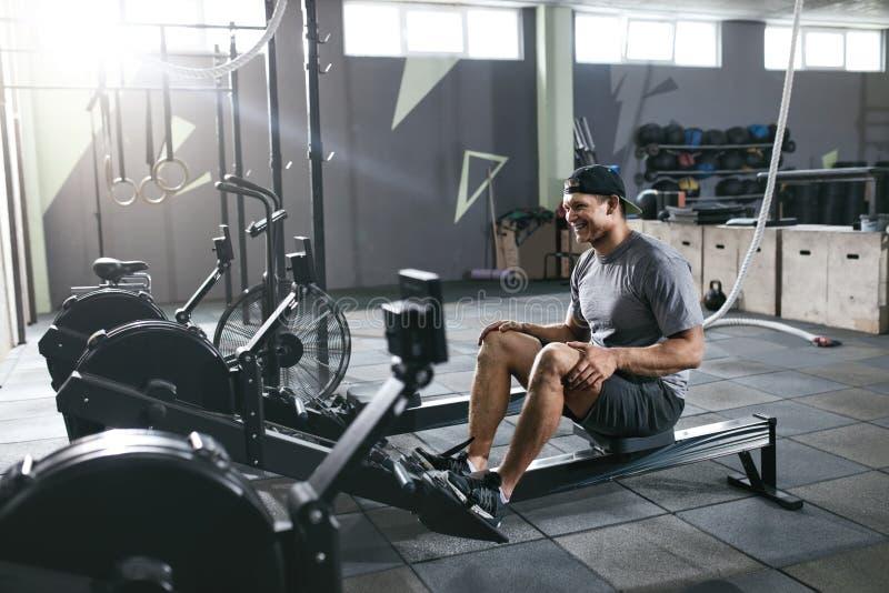 体操 体育在划船器的人训练 库存图片
