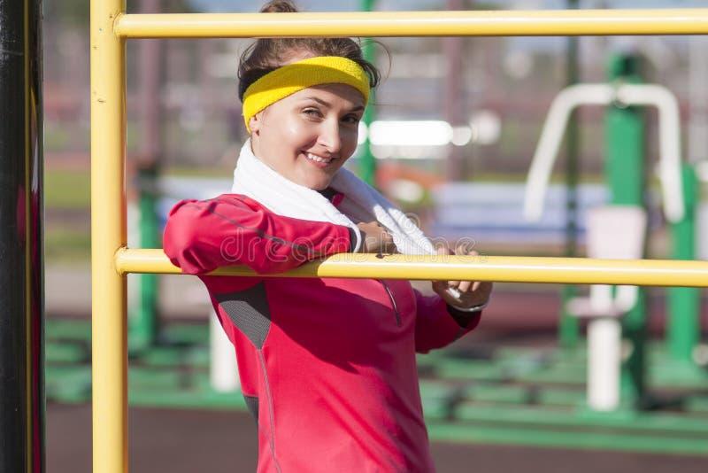 体育、健身和健康生活方式概念 微笑的白种人 免版税库存图片