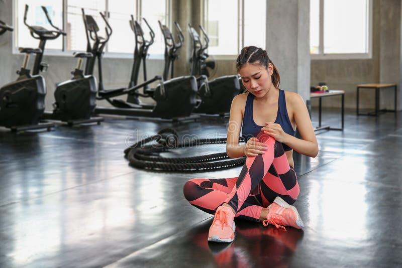 体育伤害概念 妇女是从错误exerci的膝盖痛苦 免版税库存照片