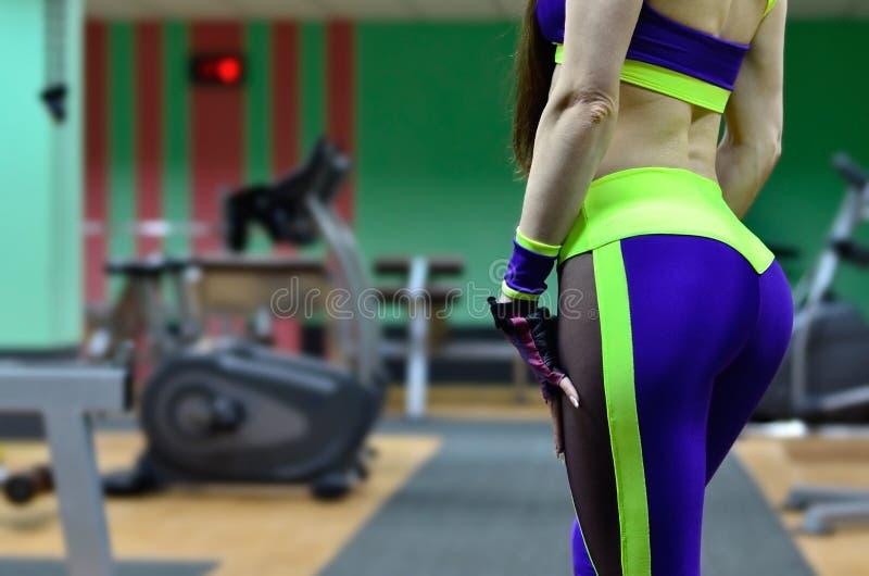 体育健身房的运动女孩 免版税库存图片