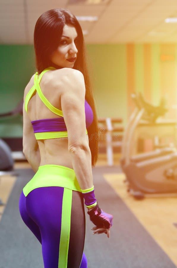 体育健身房的运动女孩 免版税库存照片