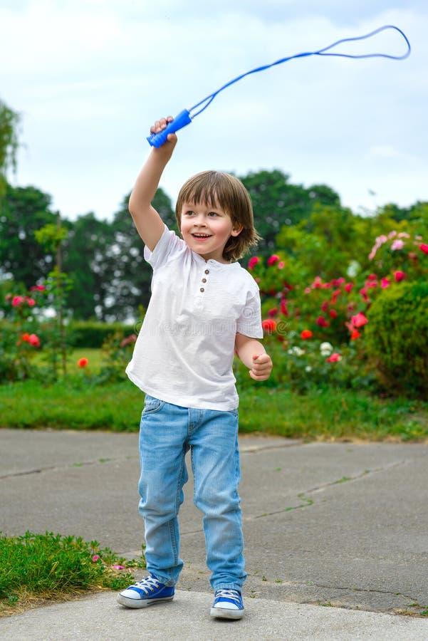 体育和活动生活方式概念 逗人喜爱的男孩 免版税图库摄影