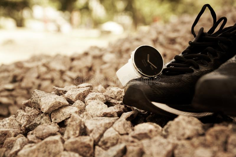 体育在跑鞋的注意crossfit和三项全能 巧妙的注意跟踪的每日活动和力量训练 免版税图库摄影