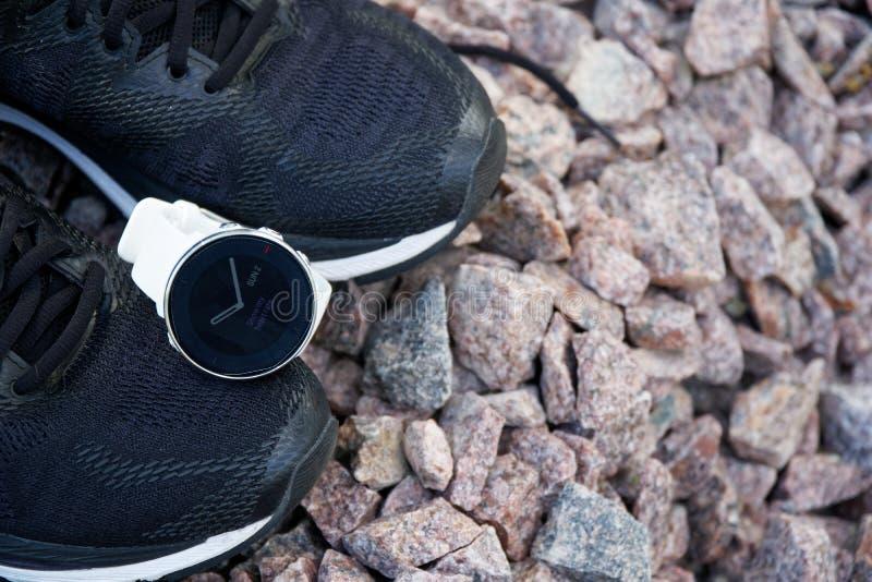 体育在跑鞋的注意crossfit和三项全能 巧妙的注意跟踪的每日活动和力量训练 免版税库存照片