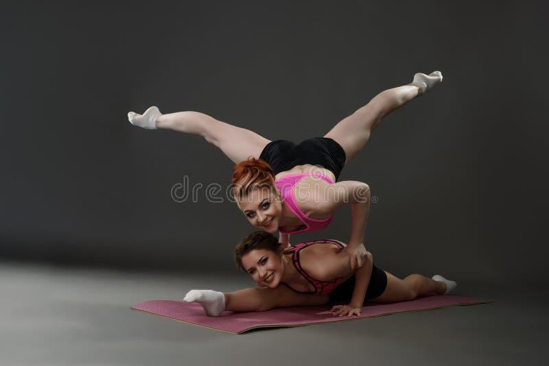 体育在锻炼期间的妇女姿势照片  免版税库存图片