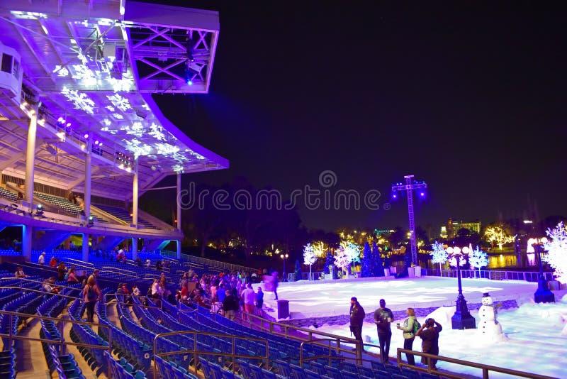 体育场五颜六色的看法,有滑冰场、假日树和雪人的 当展示结束在国际推进地区,人们离开 库存图片