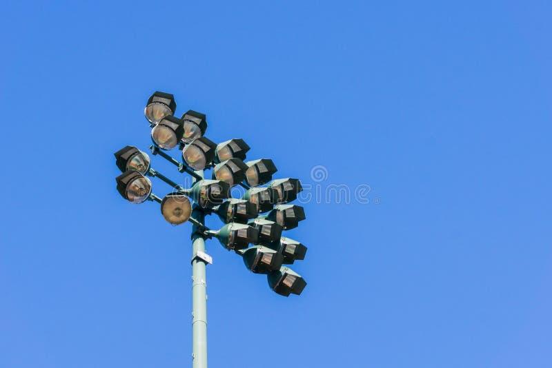 体育场在深蓝天空的反射器光 图库摄影