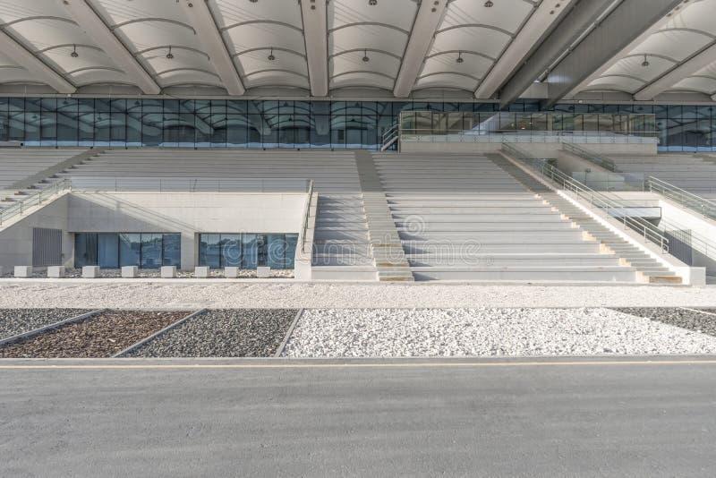 体育场的白色正面看台,阿布扎比 免版税库存照片