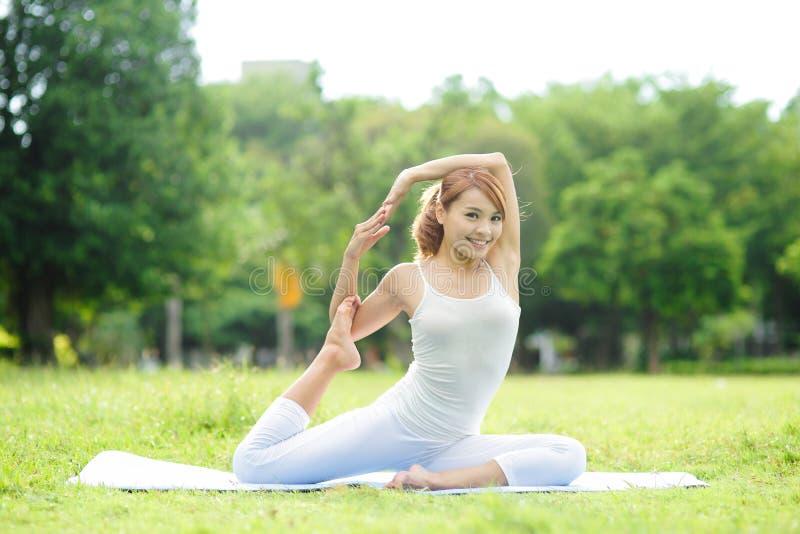 年轻体育女孩做瑜伽 免版税库存图片