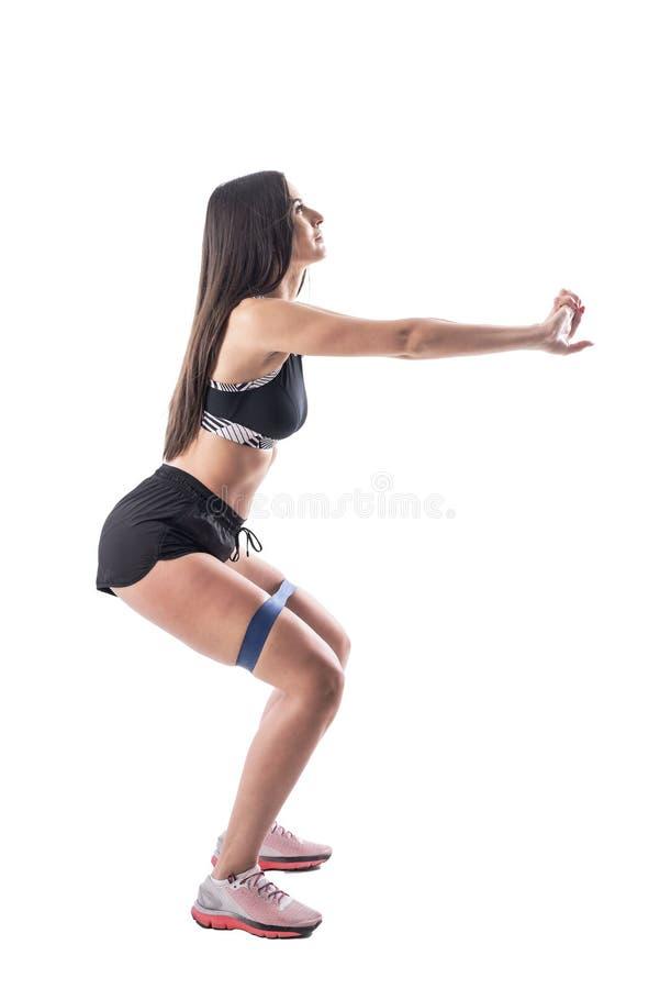 体育女性做腿上带阻力带的斜视 免版税库存照片