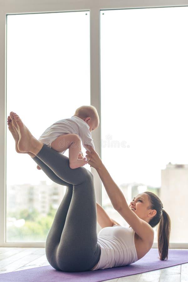 体育妈妈和婴孩 免版税库存照片