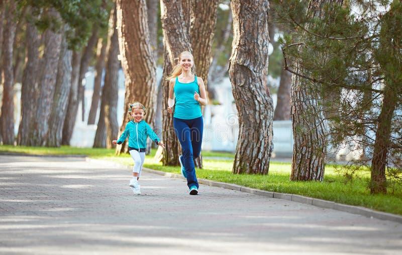 体育家庭母亲和儿童女儿参与跑a 免版税库存照片