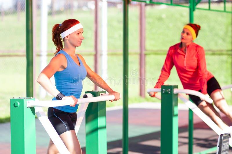 体育想法  画象两位活跃嬉戏女性训练 免版税库存照片
