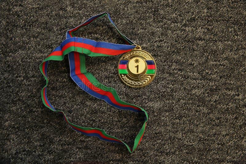 体育战利品 在黑背景的金牌 在黑背景的金牌 金子,与第一的奖牌 体育战利品 免版税库存图片