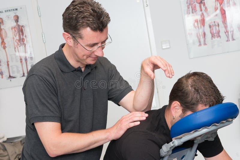 体育按摩治疗师在工作 库存图片