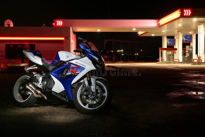 体育摩托车suzuki gsx-r在加油站的背景的晚上 免版税库存照片