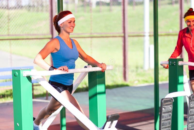 体育概念 画象两位活跃嬉戏女性训练 免版税库存图片