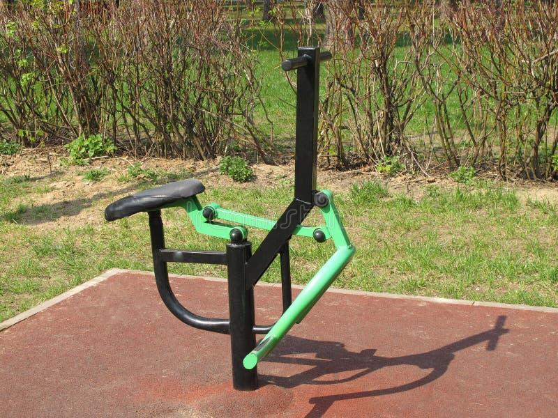 体育模拟器在公园 夏天,晴朗,没人 免版税图库摄影
