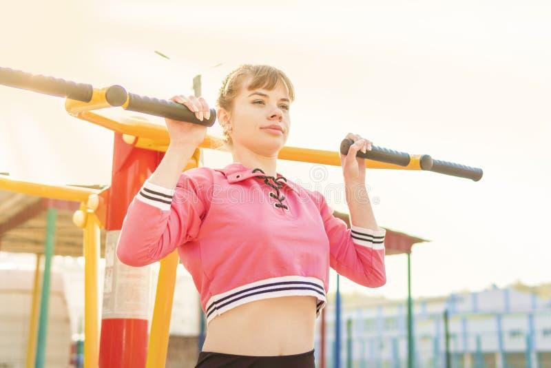 体育模拟器的妇女 免版税库存图片