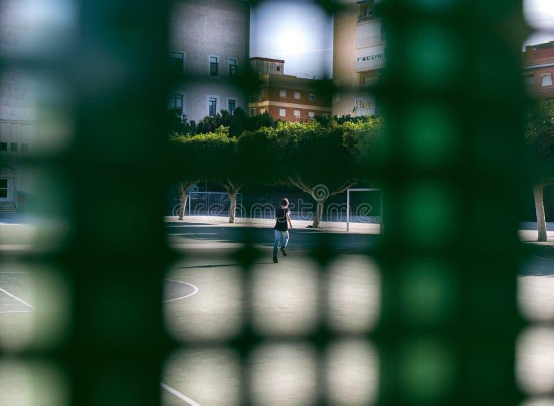 体育法院的一所小男孩里面学校 免版税库存照片