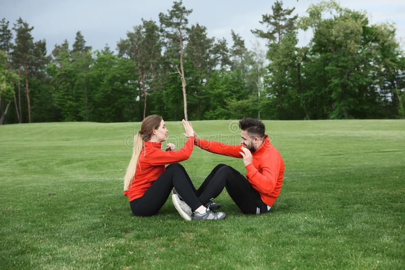 体育男人和妇女训练在公园 库存图片